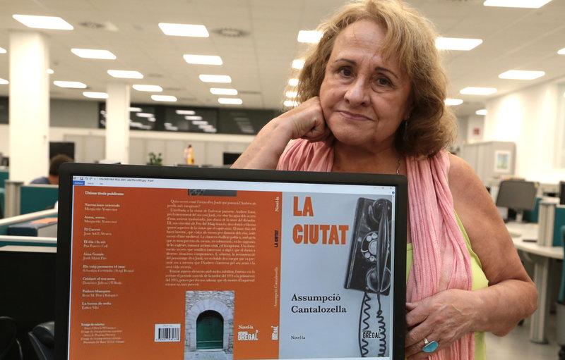 Imatge d'Assumpció Cantalozella, a la redacció d'El Punt Avui, amb les cobertes del llibre.