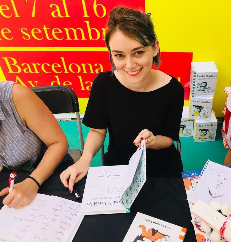 Imatge de la jove americana Sara Andersen va provocar ahir llargues cues de joves que volien una dedicatòria del seu llibre 'Sarah's scribbles'.