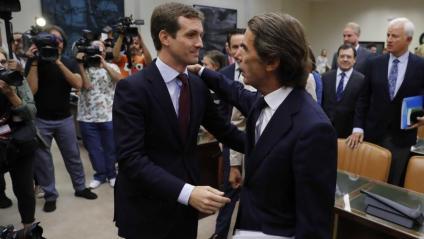 El líder del PP, Pablo Casado, saludant l'expresident espanyol i exdirigent del partit conservador José María Aznar, ahir, al Congrés