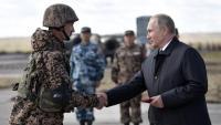 Vladímir Putin saluda un soldat durant les recents maniobres militars celebrades en col·laboració amb la Xina