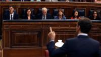 El líder del PP, Pablo Casado, interpel·la el president espanyol, Pedro Sánchez, en la sessió de control al govern al Congrés, ahir