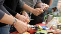 Imatge d'arxiu de diferents persones manipulant aliments
