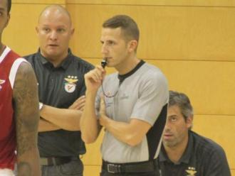 Baena conversant amb l'ara entrenador del Benfica Arturo Álvarez