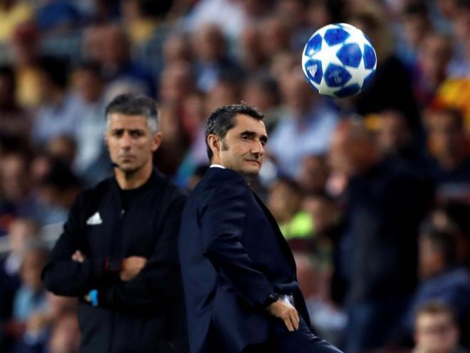 Satisfet amb l'equip. Valverde observa com se li acosta la pilota durant el matx d'ahir