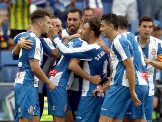 Els jugadors de l'Espanyol celebren un gol contra el València al RCDE Stadium. Els blanc-i-blaus buscaran la tercera consecutiva a casa