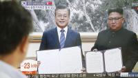Un sud-coreà mira per televisió la roda de premsa del líder nord-coreà, Kim Jong-un, i el president sud-coreà, Moon Jae-in, en una estació de tren a Seül