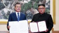 El dirigent sud-coreà, Moon Jae-in, i el nord-coreà, Kim Jong-un, mostren els documents firmats, ahir, a Pyongyang