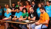Membres d'entitats i partits que donen suport a la mesura, ahir a l'ajuntament barceloní