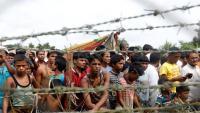 Centenars de rohingyes esperen en una tanca a la frontera entre Bangladesh i Myanmar, en una foto d'arxiu