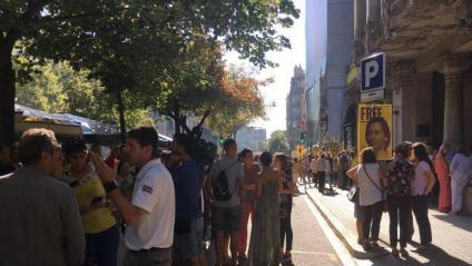 Gent concentrada davant la seu d'Economia