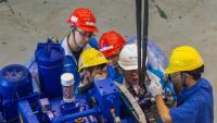 Uns operaris treballen en una fàbrica de turbines eòliques a Wuxi, a la província xinesa de Jiangsu