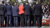 May, col·locant-se per a la foto de família dels líders de la UE, ahir a Salzburg