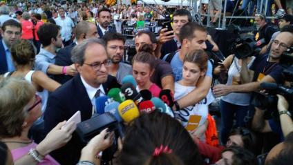 El president Torra arriba a la concentració davant de la conselleria d'Economia