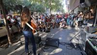 Una de les actuacions musicals, ahir al carrer Casp de Barcelona, al davant de la seu nacional de la CUP per commemorar el 20-S del 2017