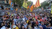 Milers de persones es van concentrar ahir a la tarda a la cruïlla entre la Gran Via i la rambla de Catalunya de Barcelona per recordar el 20-S