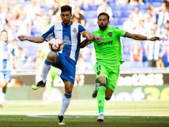 Javi López lluita per una pilota amb Morales en l'últim partit de lliga jugat contra el Llevant