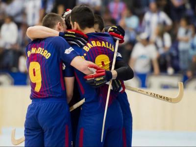 Els jugadors del Barça, els vigents campions, s'abracen en una acció de la temporada passada