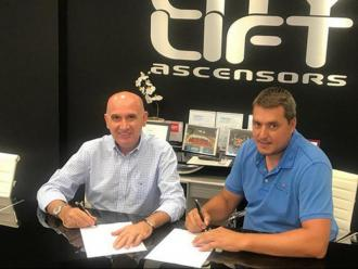 Els presidents Cayetano Pérez i Marc Avellaneda signant l'acord