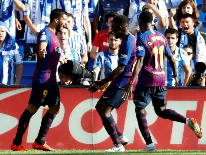 Luis Suárez, Umtiti i Dembélé celebren el gol de l'extrem francès a Anoeta, que va fer realitat la remuntada