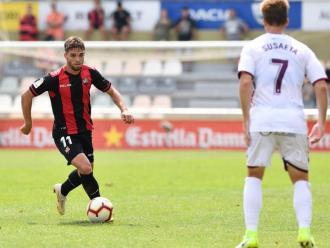 Fran Carbia avança amb la pilota durant el partit del Reus contra l'Albacete