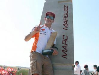 Márquez, enfilat dalt del monòlit, ahir