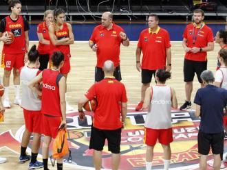 Mondelo es dirigeix a l'equip, en un dels últims entrenaments previs al mundial