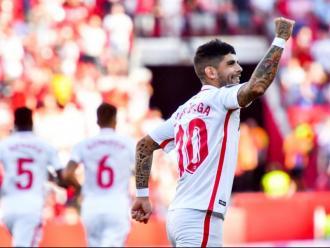 Ever Banega alçant el puny després de marcar l'1-0 pel Sevilla ahir al Sánchez Pizjuán
