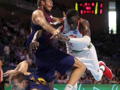 Oriola carrega tan fort en el rebot ofensiu que s'emporta Diop i el seu company Blazic