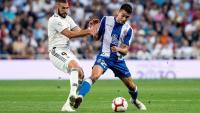 Karim Benzema i Marc Roca lluiten per la pilota en el partit del Santiago Bernabéu