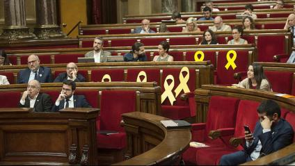 Els llaços grocs en un ple del Parlament