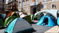 Pla general de l'acampada de plaça Sant Jaume amb el Palau de la Generalitat de fons