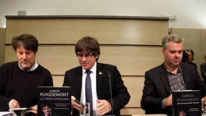 El periodista Olivier Mouton, el president Carles Puigdemont i l'editor Maarten Van Steenbergen, ahir en la presentació del llibre