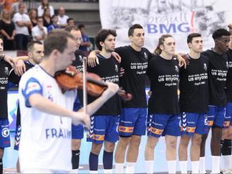 Els jugadors del Fraikin Granollers, durant l'homenatge d'abans del partit