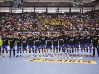 """Els jugadors del Fraikin amb les samarretes negres i el lema """"Us enyorem"""" per recordar els jugadors que van morir en l'accident"""
