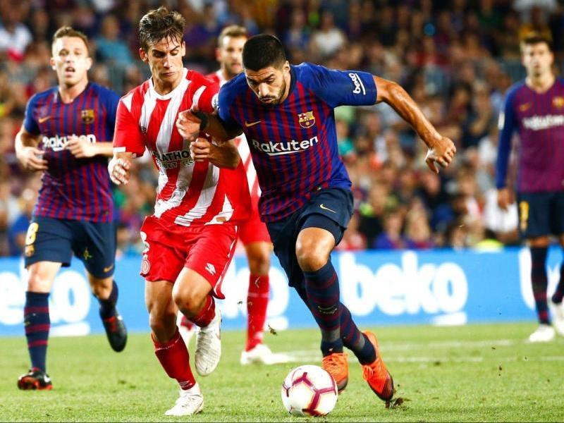 Luis Suárez lluitant per una pilota amb Pere Pons