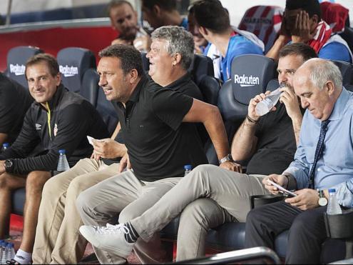 Eusebio assegut a la banqueta del Camp Nou just abans de començar el partit d'ahir