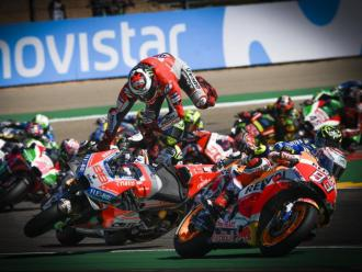 Márquez accelera per fora de la pista mentre rere seu Lorenzo surt per les orelles després de perdre el control