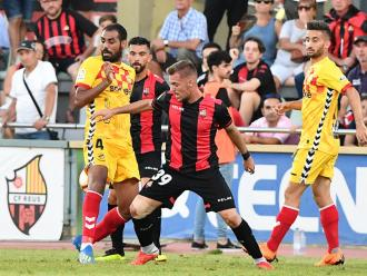 Rubén Enri es disputa una pilota amb Fali, en el derbi de diumenge passat al municipal