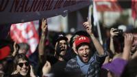 Un grup de manifestants, tallant un dels ponts d'accés a Buenos Aires, ahir