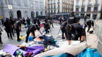 Els Mossos retirant tendes i material de l'acampada