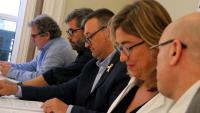 El president de l'AMI, Josep Maria Cervera, al centre amb els alcaldes Pep Andreu (Montblanc), Andreu Francisco (Alella), Mercè Esteve (Begues) i Joan Rabasseda (Arenys de Munt)