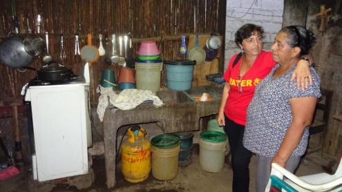 Dolores Gómez, una col·laboradora de la campanya de l'Agenda, en una visita a un barri popular de Masaya, a Nicaragua.