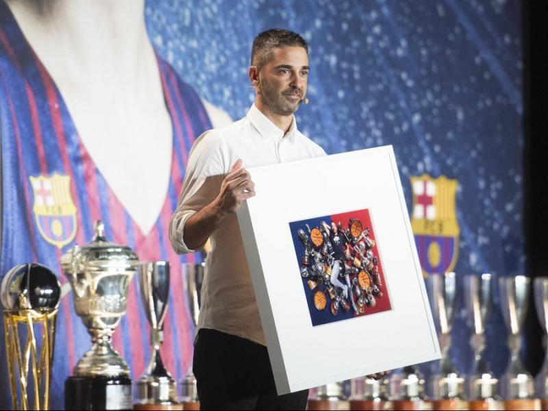 Navarro amb el quadre on surt amb els 35 trofeus. A dalt a la dreta, fent un tir de la Bomba per sobre Ronaldinho i, a sota, amb els seus amics Formento, Simón i Alzamora