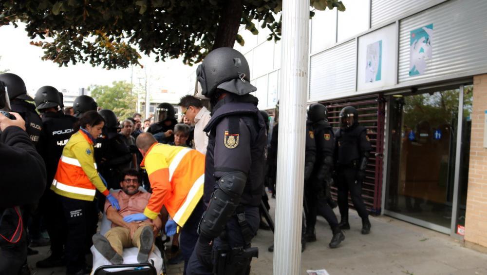 Un home és atès pels sanitaris en el CAP Cappont de Lleida per l'acció policial l'1-O