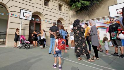 Nens i pares esperant per entrar a l'escola Francesc Macià de Barcelona