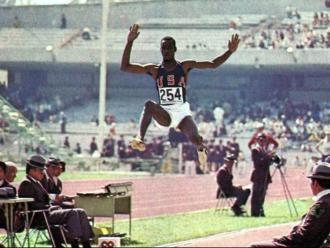 El mític salt de Bob Beamon en els Jocs de Mèxic del 1968