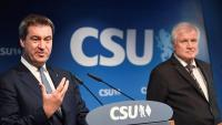 Seehofer, ministre de l'Interior de Merkel i líder de la CSU, escolta el cap del govern bavarès, Markus Söder, ahir a Munic