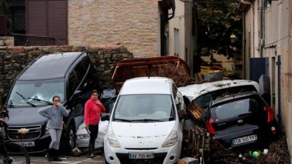 Vehicles arrossegats per l'aigua a Vilagalhenc, on en una nit ha plogut l'equivalent a quatre mesos