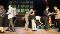 Noguer, Torrent i Vila lliuren el diploma i una rosa groga als familiars de represaliats