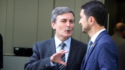 El conseller de Territori i Sostenibilitat, Damià Calvet –a la dreta–, i el secretari d'Estat d'Infraestructures, Pedro Saura, conversen instants abans de començar la reunió